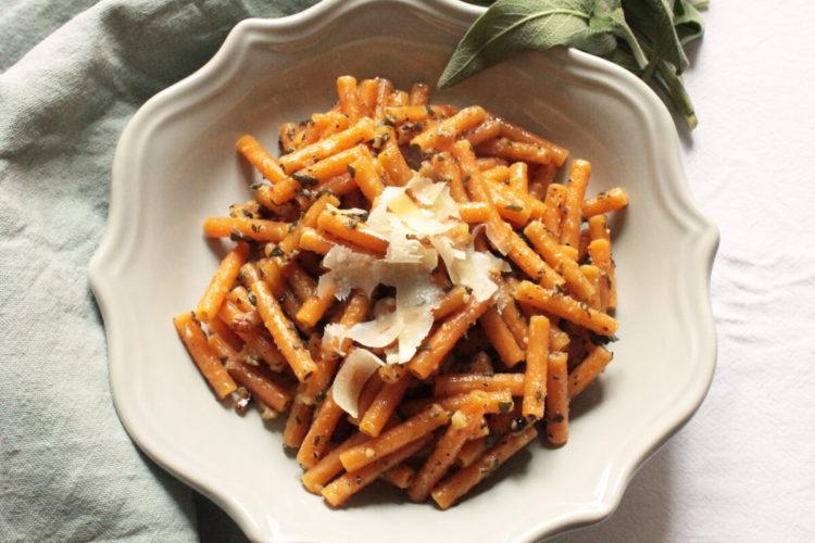 Pasta di lenticchie rosse con pesto di salvia e noci