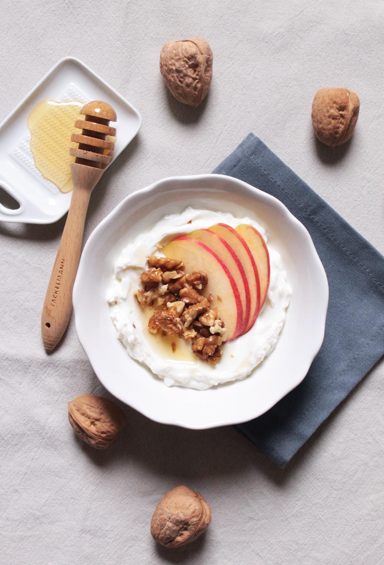 yogurt, mele, miele e noci
