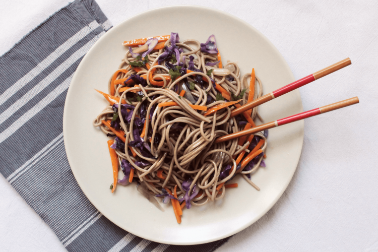 Soba noodles with red cabbage and carrots