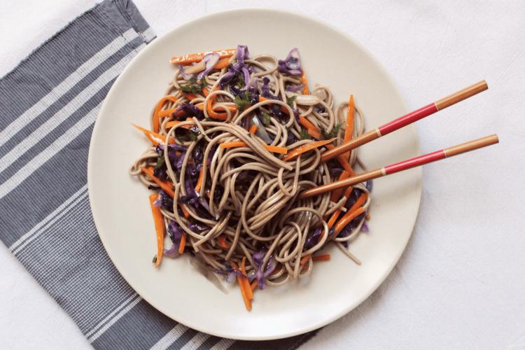 Soba noodles con cavolo rosso e carote