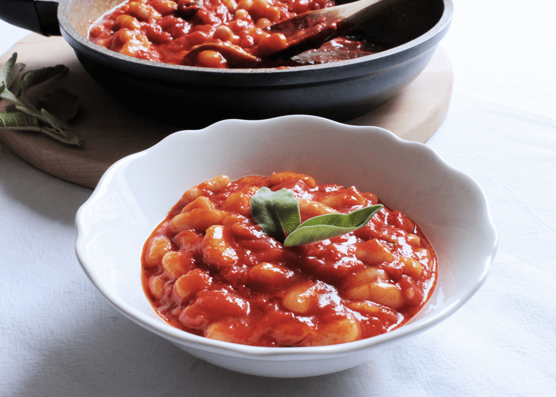 Fagioli, pomodoro, aglio, salvia