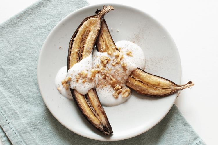 Banane al forno con yogurt e noci