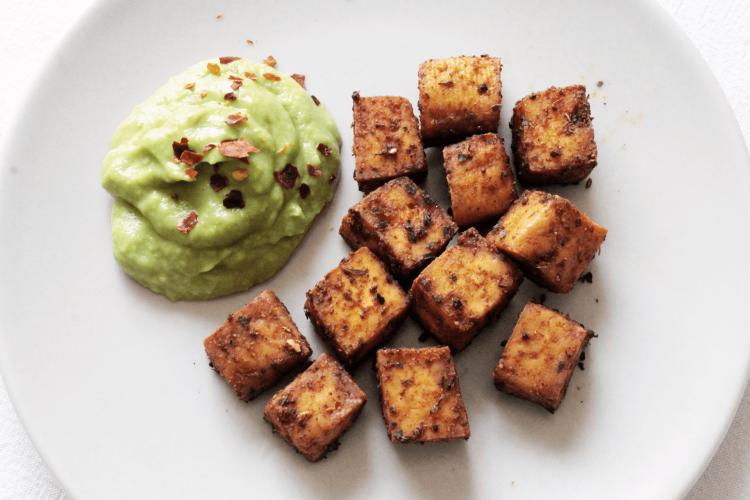 Tofu al forno con spezie e salsa di avocado
