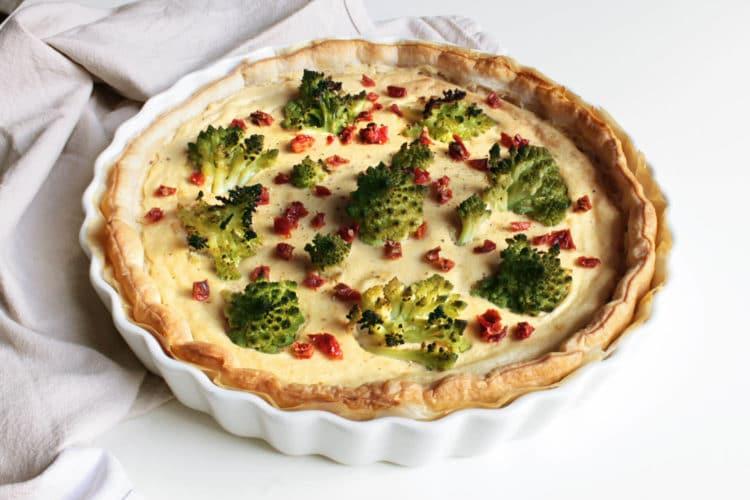 Torta salata con tofu, broccolo romano e pomodori secchi